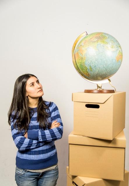 Frau betrachtet Globus