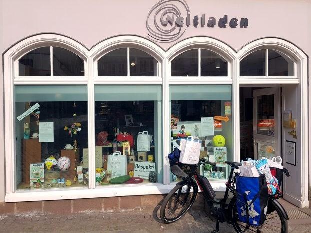 Beladenes E-Bike fertig für die Auslieferung vor dem Weltladen Marburg