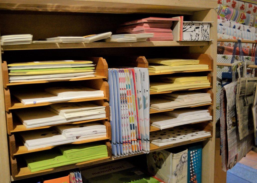 Blick in ein Regal mit Papierprodukten