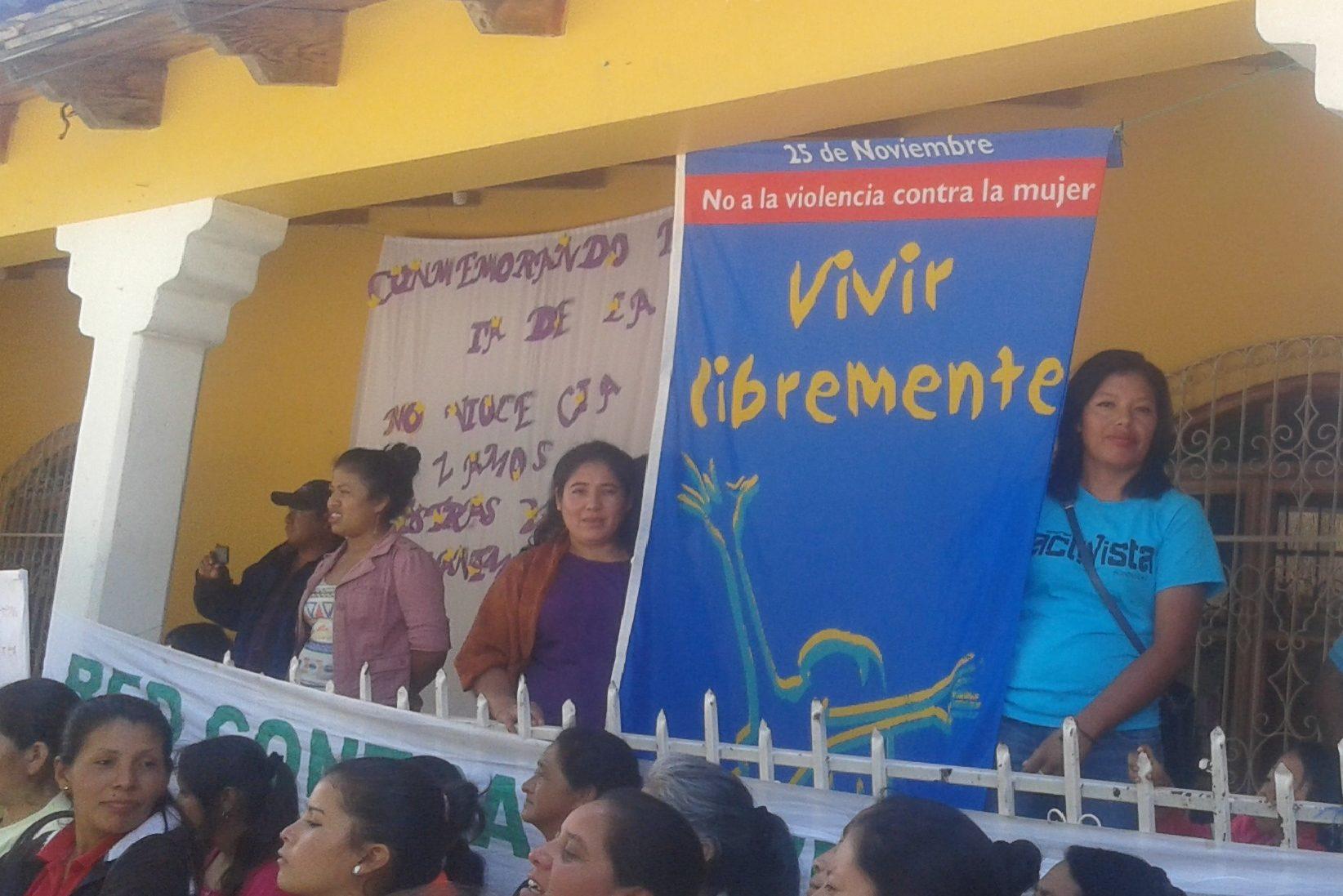 """Frauen von APROLMA zeigen am Internationalen Tag """"Nein zu Gewalt gegen Frauen"""" eine Flagge mit der Forderung: """"Vivir libremente"""""""