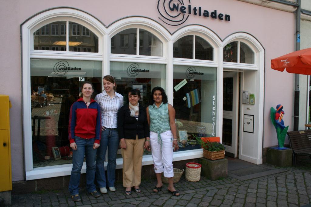 Frauen vor dem Weltladen Marburg, die am ASA-Austausch 2008 beteiligt waren