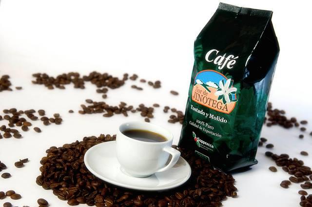 Kaffeetasse und Kaffeepackung