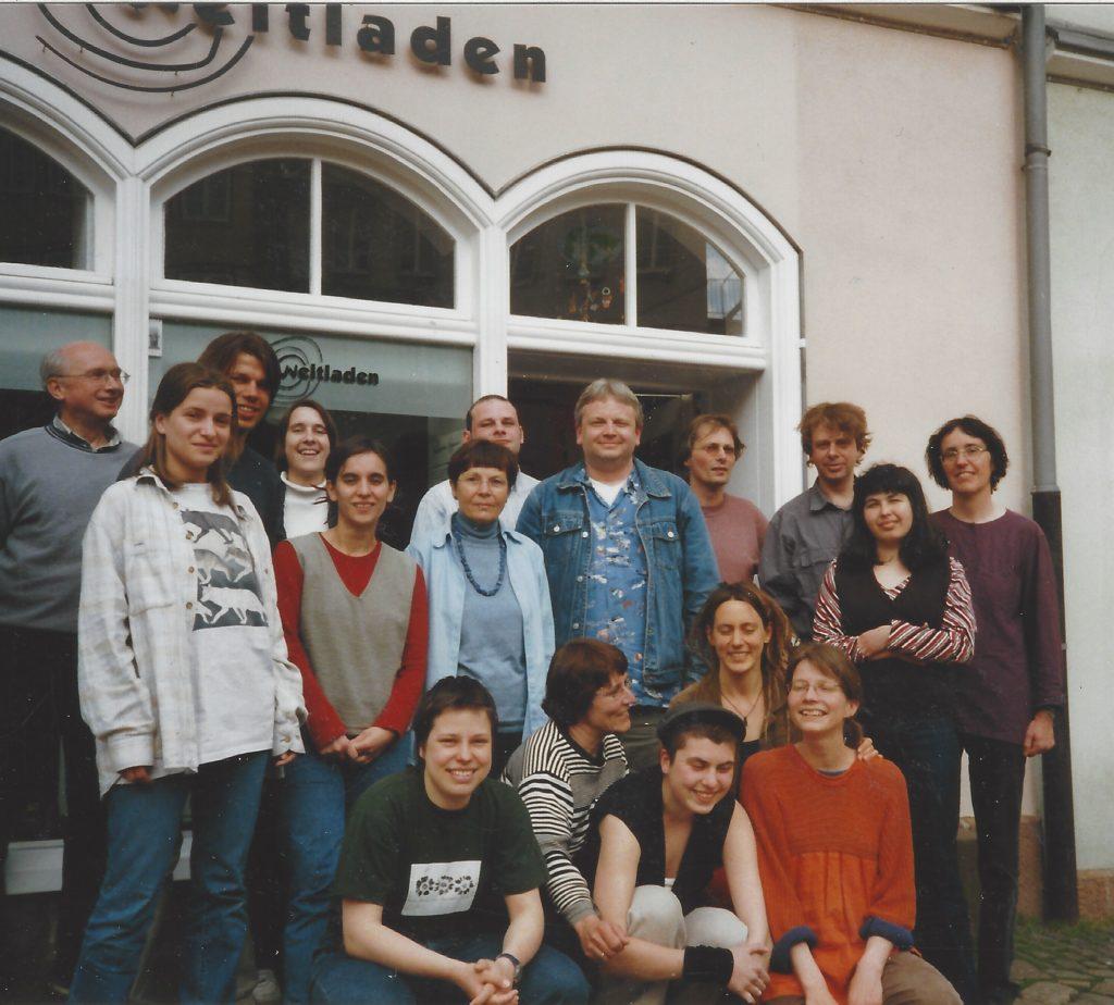 Weltladenteam vor dem Geschäft am Marktplatz 2000er