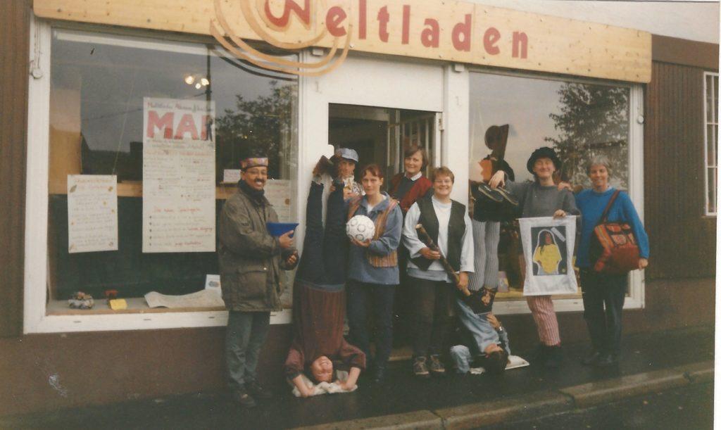 Weltladenteam vor dem Geschäft im Roten Graben, 1990er